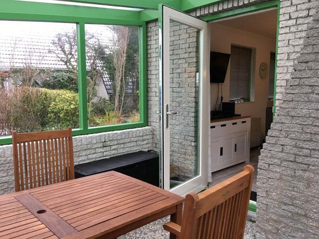 Überdachte Terrasse mit Eingang ins Haus.