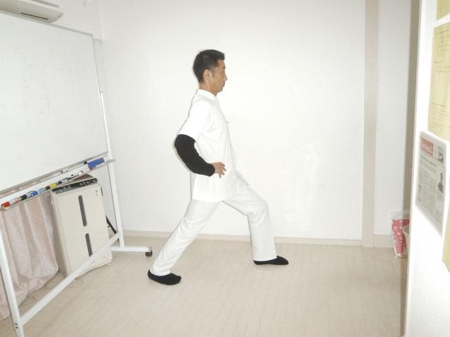 アキレス腱右足を伸ばす。 新宿区 四谷の自律神経専門 気功整体 上気元