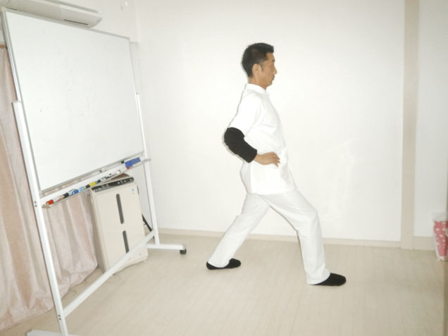 アキレス腱左足を伸ばす。 新宿区 四谷の自律神経専門 気功整体 上気元