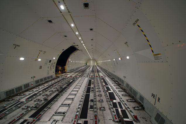 El interior del avión ofrece un gran espacio.