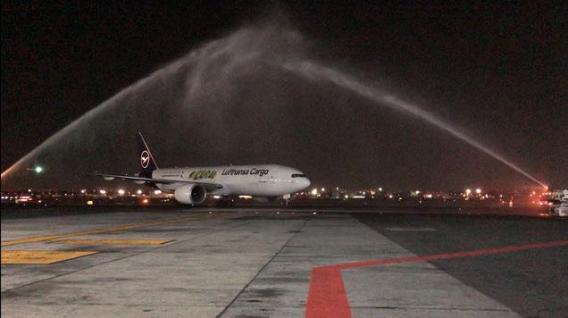 Festlicher Empfang mit Wasserstrahl auf dem Flughafen von Mexiko-Stadt.