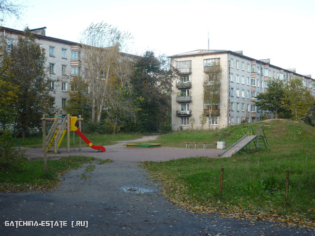 На фото: деревня Лаголово, ул. Садовая дом №1 (справа) и дом №2 (слева). Сентябрь 2014 год.