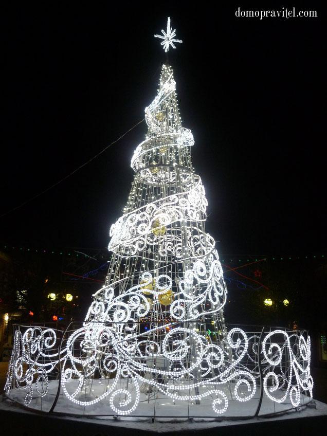 Новогодняя елка на Соборной улице в Гатчине. Январь 2015.
