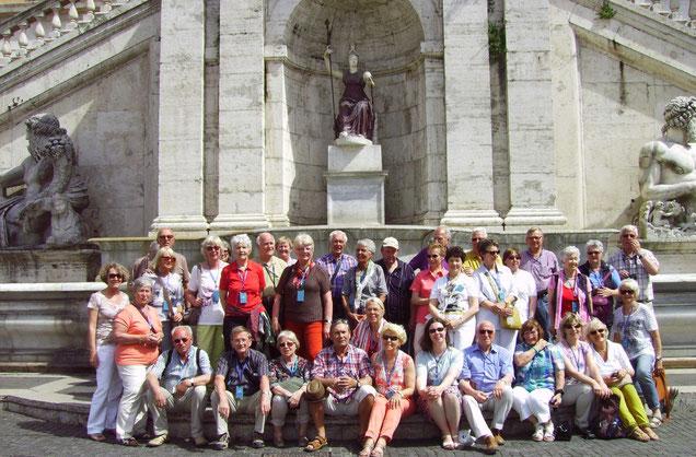 Gruppenfoto auf dem Treppenaufgang mit der Brunnenanlage von Michelangelo vor dem Senatorenpalast mit der Göttin Minerva auf dem Kapitolsplatz