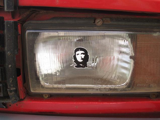 Kubas Idol Che Guevara auf einem Autolicht