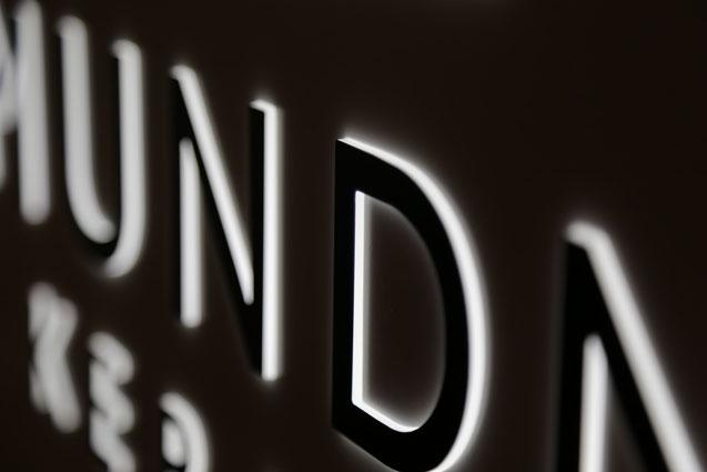 Dekupierte durchgesteckte Acrylbuchstaben mit LED Beleuchtung Frontbeklebung und Koronaeffekt