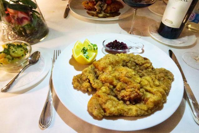 Bestes Wiener Schnitzel mit Preiselbeeren und Kartoffelsalat in Zürich, Münsterhof und Niederdorf