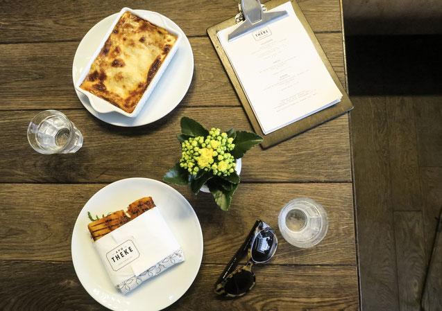 Restaurant apoTHEKE Lunch Bar Kaffee Mariam alias Zurichfoodadvisor am Lasagne, Panini und Salat essen, Kaffee, Cappuccino, Zara, Brünettem Model, Foodie, Zurich