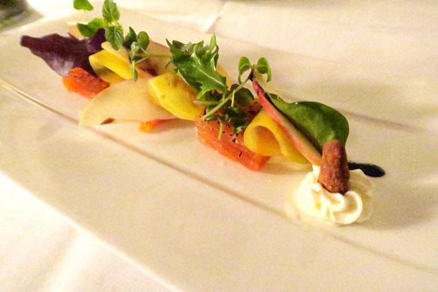 Salat mit Fisch gelben Rande auf Teller im Zunfthaus zur Waag in Zürich