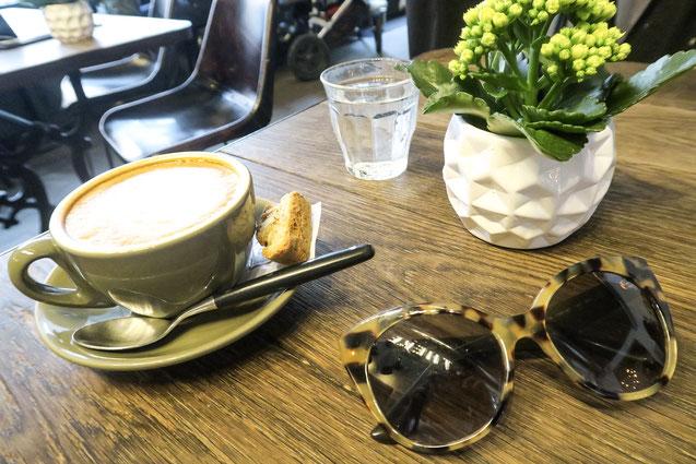 Kaffee und Lunch in Zürich, Züribergstrasse, Cappuccino, Miu Miu Sonnebrille,