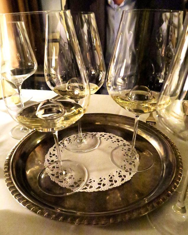 Verschiedene Weissweine aus Deutschland, Schweiz und Österreich im Zunfthaus zur Waag