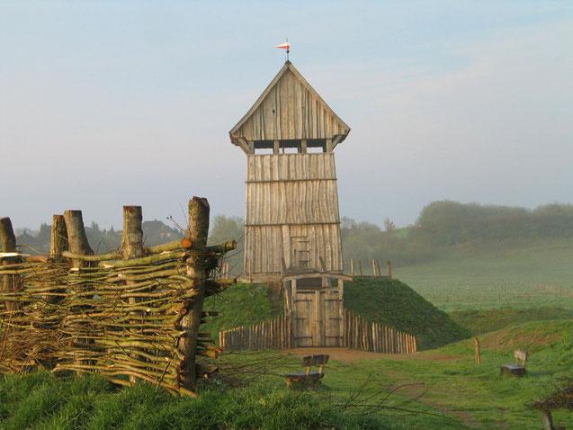 Die Turm-/ Erdhügelburg in Lüdjenburg, Kreis Plön, Schleswig-Holstein als Bauart-Beispiel