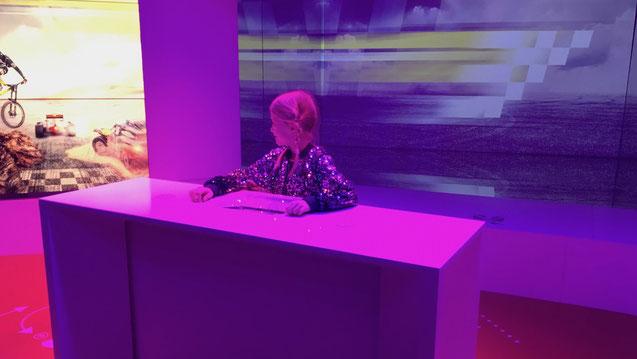 Ein Kind moderiert im Fernsehen