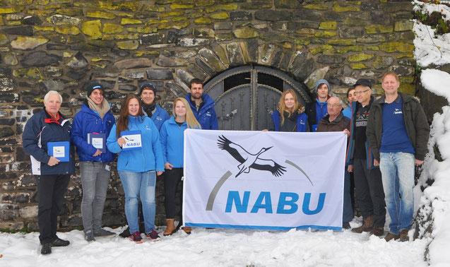 Das Studententeam zusammen mit Vorstandsmitgliedern der NABU-Gruppen Rennerod und Hundsangen beim Kampagnenstart vor einem durch den NABU betreuten Fledermausstollen in Rennerod