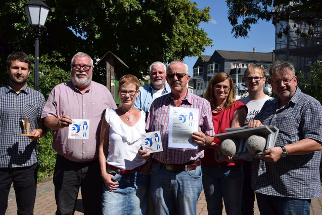 Stadtbürgermeister Walter Strunk und das Ehepaar Stein mit ihren Plaketten für die Gebäudewände