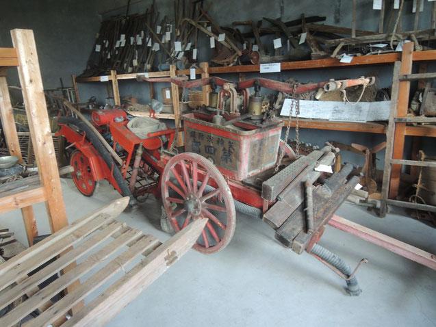 1階には主に農機具類が陳列。これは、消防車。