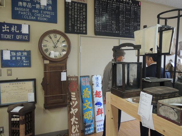 最寄りのJR野馳駅で使われていたもの。大きな柱時計、右上は時刻表。
