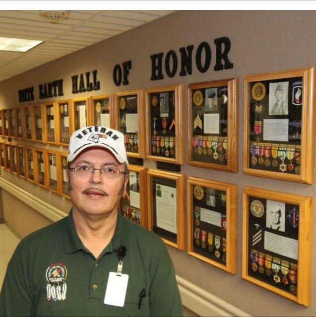 Tim FAIRBANKS in front of the White Earth Indian Hall of Honor .  USA.