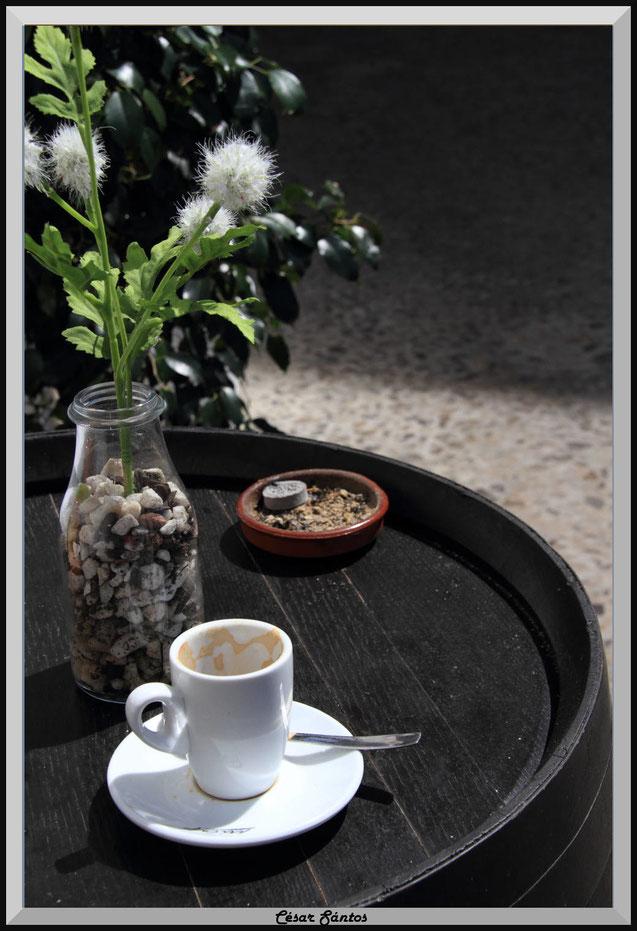 Barril. taza de café, cenicero