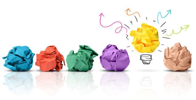 Kreative Idee Glühbirne und zerknüttelte Zettel
