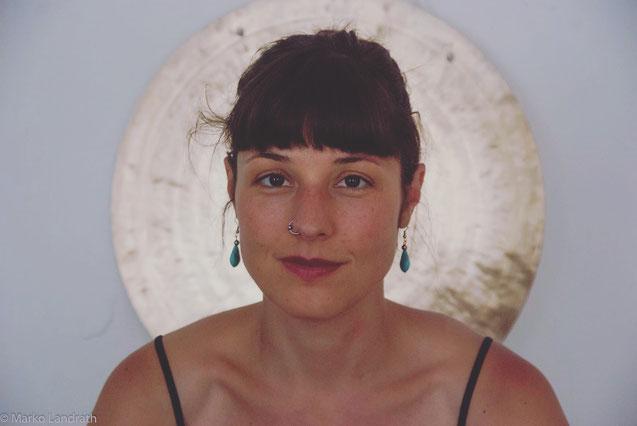 Yogalehrerin und Mama Meena Metzner plädiert für mehr Selbstliebe MOMazing Mama Mami Yoga Blog