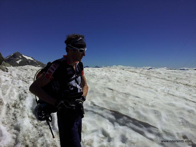 si sale dal lago Ponton, non sarà una bella scelta, i nevai sono tanti, il grado di difficoltà sale, la stanchezza accumulata si fa sentire