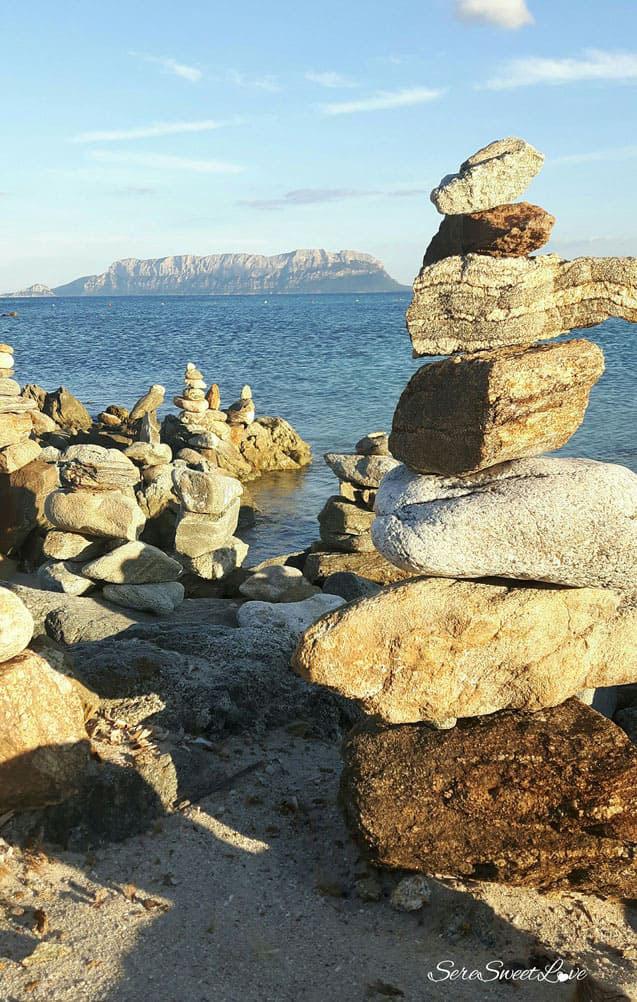 Affascinanti torri di pietra nella spiaggia di Terrata e sullo sfondo sua maestà Tavolara, Olbia, Sardegna,Sardinia