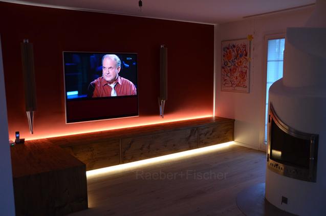 TV und Lautsprecher an die Wand montiert Professionelle Installationen