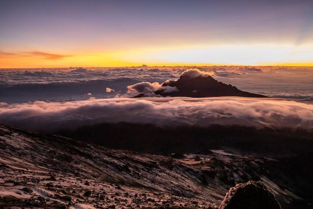 schon allein dieser Moment des Sonnenaufgangs auf den Hängen des Kilimandscharo mit Blick auf den Mawenzi wäre die Reise wert gewesen
