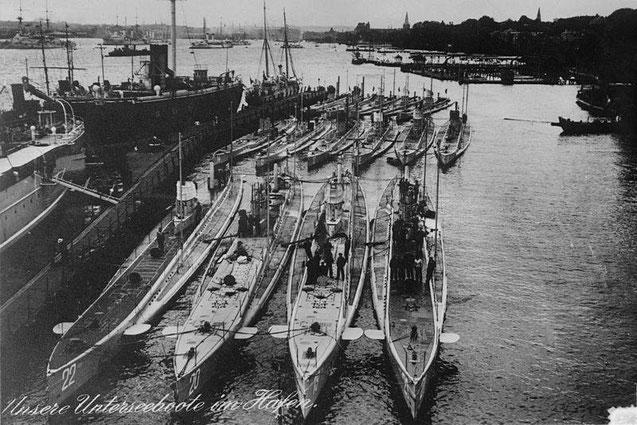 1914, U-Boote (U 22, U 20, U 19, und U 21 (1. Reihe von links nach rechts); U 14, U 15, U 11, U 16, U 18, und U ??(2. Reihe von links nach rechts) in Kiel, vorwiegend mit Petroleummotoren