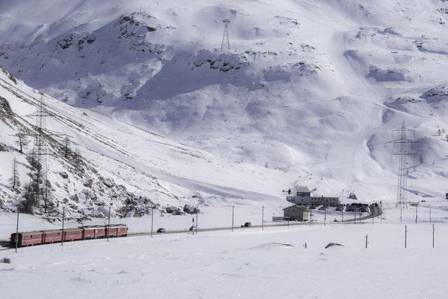 Un treno rosso nella neve