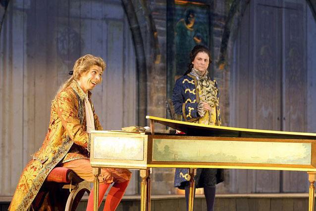 Deux des acteurs de la pièce sur scène dans le décors de fin 1700