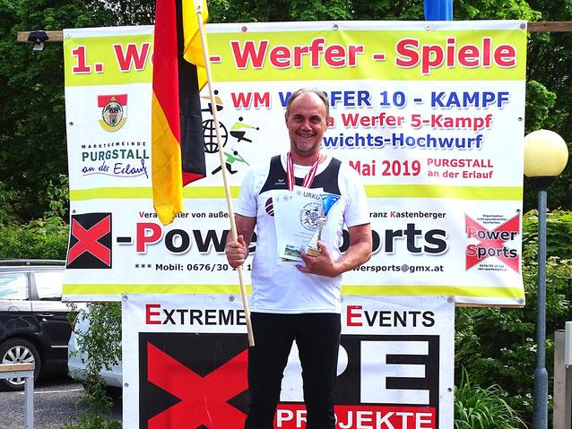 Udi Giehl hält bei der Siegerehrung die Deutsche Fahne hoch.