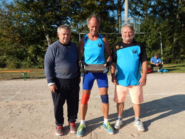 Die unterschätze - und dann gleich dreifach siegreiche - M-60-Mannschaft (von links: Kurt Seidel, Reinhard Rhaue und Dietmar Kneschk)!