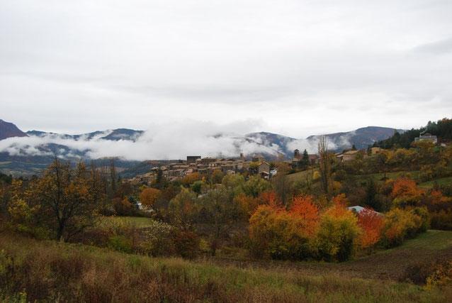 Le village de Rosans; au premier plan, les terres de Jean-François.