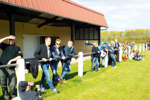 Les fidèles supportrices et supporteurs au stade du Hamel d'Allery ce dimanche par un temps ensoleillé mais frais