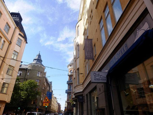 建物と建物の間に照明が吊るしてある