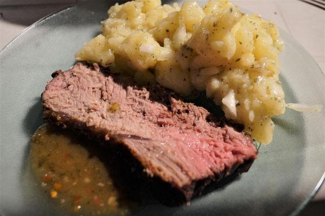 """""""A punto"""" ist das Fleisch schön saftig und nicht zäh. Als Beilage schmeckt auch schwäbischer Kartoffelsalat nach Omas Rezept :) Die Grillsoße heißt Chimichurri und schmeckt wunderbar zum Fleisch."""
