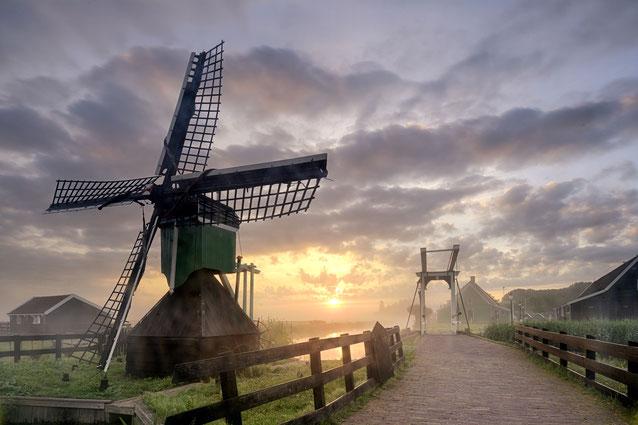 587. Zaanse Schans molen en ophaalbrug in de ochtendmist (5115)