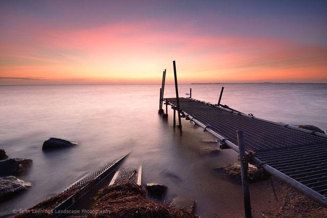 496 Steiger voor zonsopkomst langs het IJsselmeer