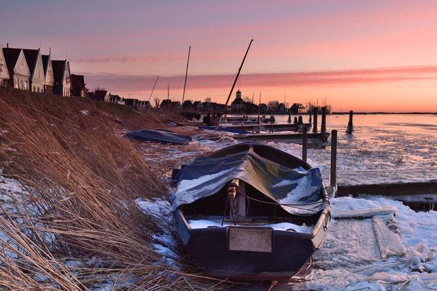 676. Bootje Durgerdam in winterse omstandigheden (0712)