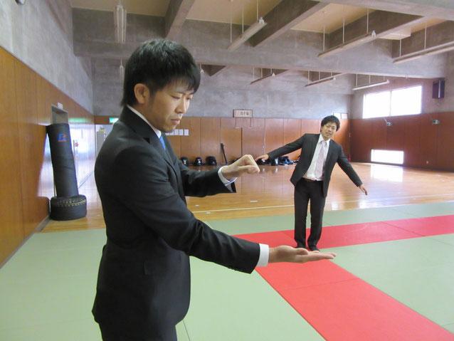 加嶋先輩の魔法によって小さく変えられてしまった大澤先輩!!在学中の恨みを丸川先輩がていッ!!って・・・・。笑。  そんなことはありませんよ??笑