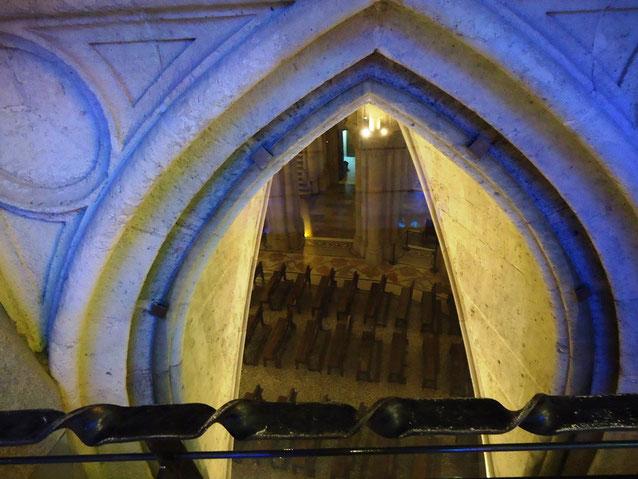 Искупительный Храм Святого Семейства в Барселоне. Вид на крипту из верхней церкви