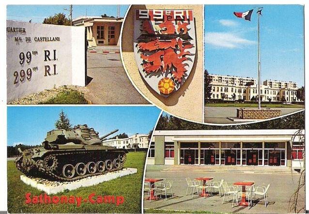 """Le poste de sécurité, le bâtiment d'Etat-Major vu de la place d'Armes, le """"pot de fleur"""" (char M47) à l'emplacement des futurs bâtiments de compagnies, le foyer du soldat, circa 1979-1980"""