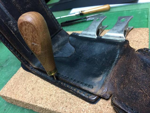 本革レザーポーチ。手縫いの再縫製をしているところ。