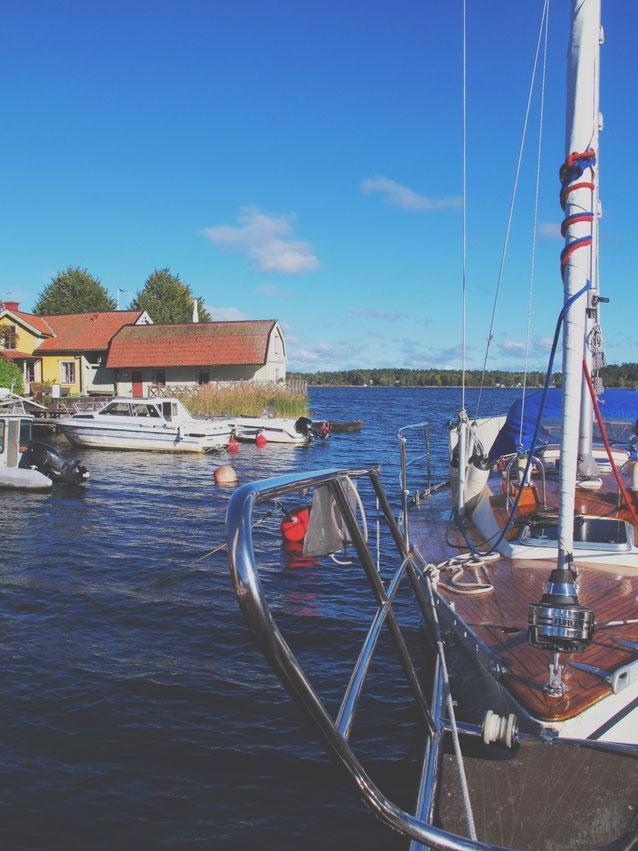 bigousteppes suède archipel mer ciel bleu voilier cabane bois couleur
