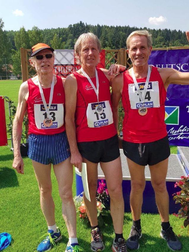 2. Platz Deutsche Meisterschaften Senioren 3x1000m Staffel Klasse M 60 StG Pforzheim Masters (Gazelle Pforzheim - Königsbach & LC 80 Pforzheim) (von links: Dr. Wolfgang Elsäßer, Peter Schultz und Klaus Overzier)