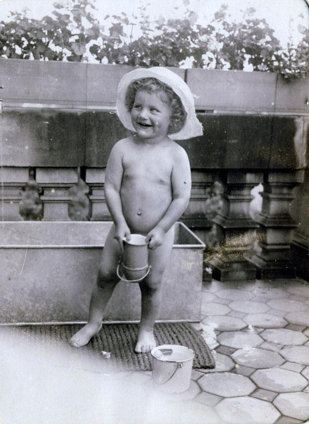 """1913  Werner auf einen Balkon Inschrift: """"Bubi beim Spiel auf seinem Balkon"""""""