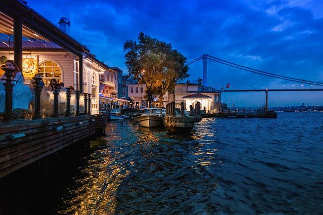 beylerbeyi-hafen-restaurants-istanbul-abends