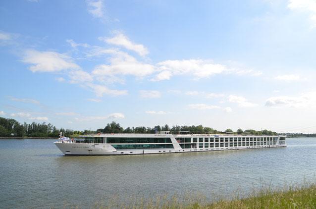 Die MS Emerald Dawn: Das 135 Meter lange Kreuzfahrtschiff gleitet mit maximal 182 Passagieren an Bord elegant und fast geräuschlos übers Wasser.